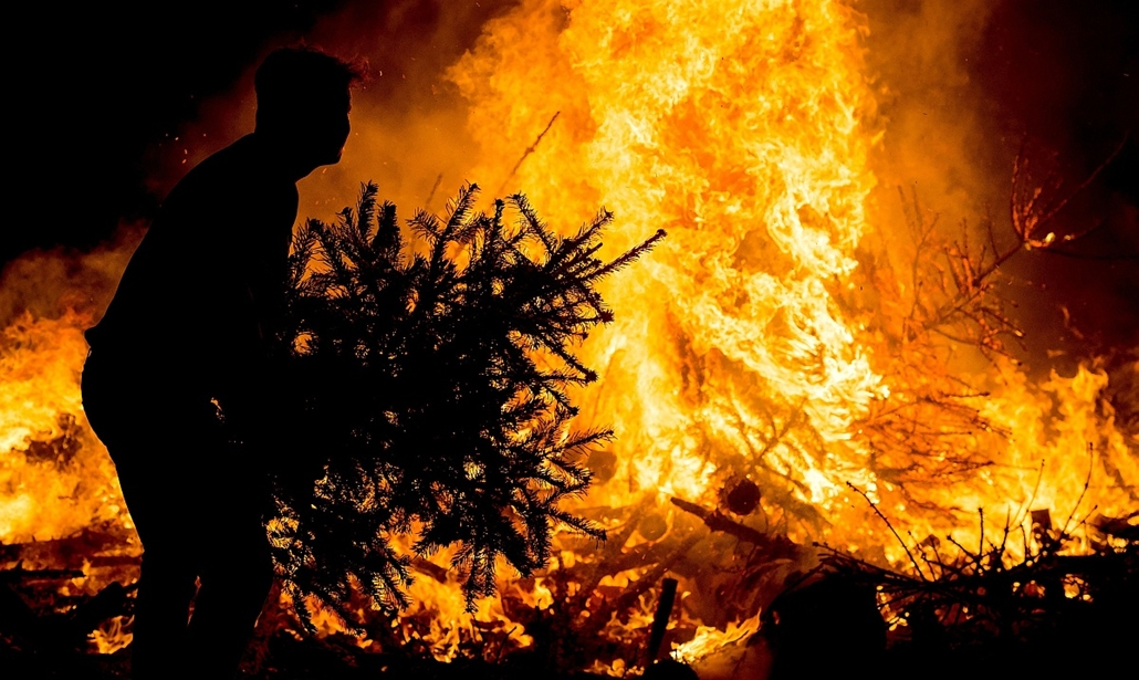 afp. hét képei - 2015.01.03. Amszterdam, Hollandia, karácsonyfákat égetnek el a Múzeum téren, People burn their Christmas trees on the Museum Square, on January 3, 2015, in Amsterdam. The annual tree burning is a New Year's tradition since 1974.