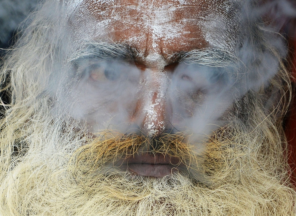afp. hét képei - 2016.01.13. India, Gangasgar - kannabisz, dohányzás, huindu szent ember, - An Indian sadhu (Hindu holy man) smokes cannabis at his temporary camp on Gangasagar Island, around 150 km south of Kolkata, on January 13, 2016.  More than 500,00