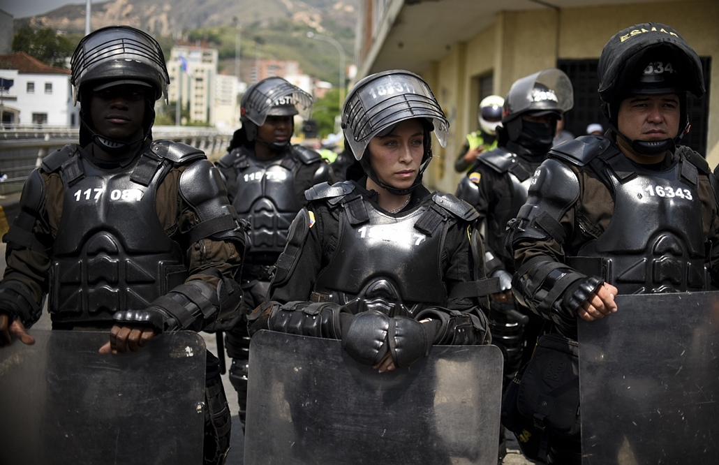 afp. hét képei - 2016.01.24. Colombian riot police guard a march in Cali, Colombia, on January 24, 2016. Thousands take to the streets to demand an increase in the minimum wage and protest the economic policies of Colombian President Juan Manuel Santos.Ca