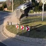 Akciófilmbe illő ugratás egy körforgalomnál: több méter magasra repült a Suzuki – videó