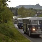 Retró buszkonvoj vonul végig péntek délelőtt Budapesten