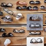 Ahol heteket kell várni egy szemüvegre, mégis tolonganak a vevők