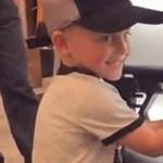 A nap legdurvább videója, amikor egy négyéves amerikai kisfiú pózol egy gépfegyverrel