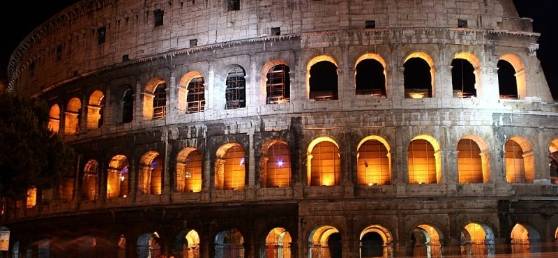 Kolosszális pénzbüntetés a Colosseum kövét összekaristoló turistának