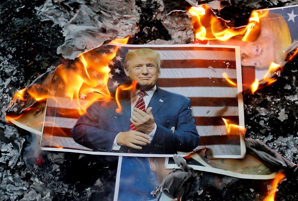 afp.17.12.11. - Trump ellen tüntetők trumpot égetnek jeruzsáelmben
