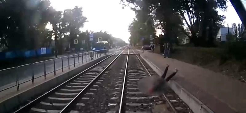 A megállóba érkező villamos elé zuhant egy fiatal Budapesten, de túlélte