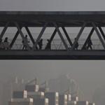Döbbenetes videóra vették fel, ahogy Pekinget ellepi a szmogfelhő