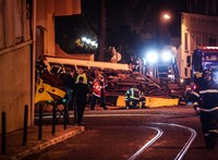 Kisiklott, egy épületnek csapódott majd felborult egy villamos Lisszabonban – fotó