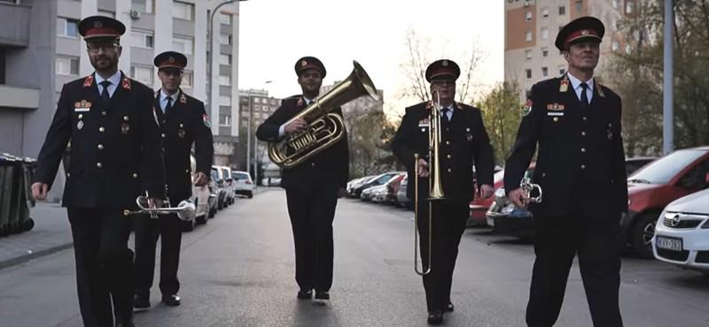 Rögtönzött koncerttel köszönték meg az egyenruhások a budapestieknek, hogy otthon maradtak – videó