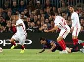 Messi csúnyán ráesett a karjára, el is tört - videó