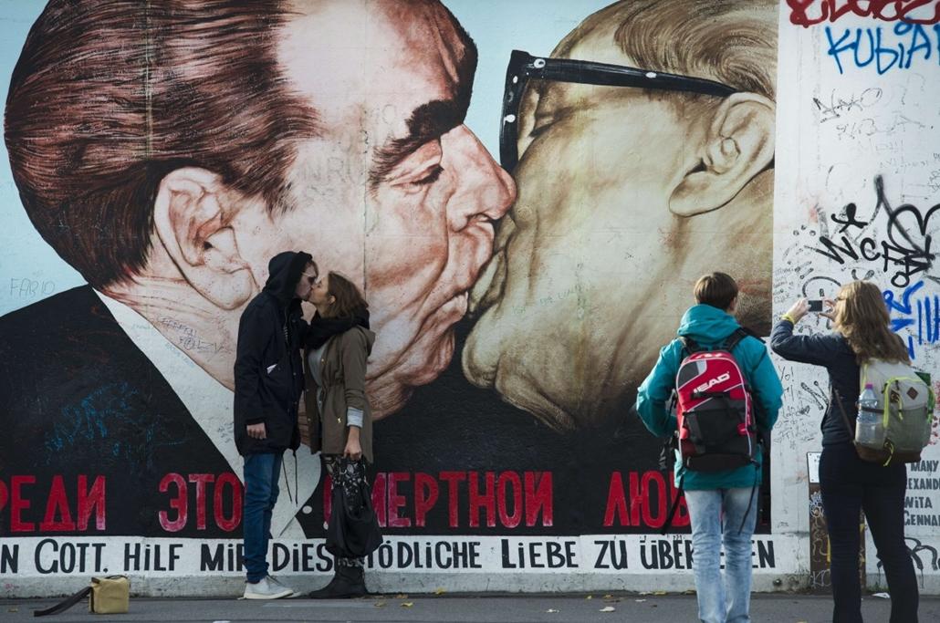 afp. hét képei - Berlin, Németország, Berlini fal, Brezsnyev, Erich Honecker 2014.11.03.