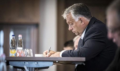 Orbán veri a harci dobot, hogy elterelje a figyelmet