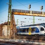 Közzétette a MÁV és a Volánbusz, hogyan változik a hosszú hétvégén a menetrend