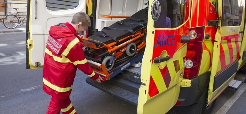 Fegyőr védett meg két mentőst egy késes támadótól