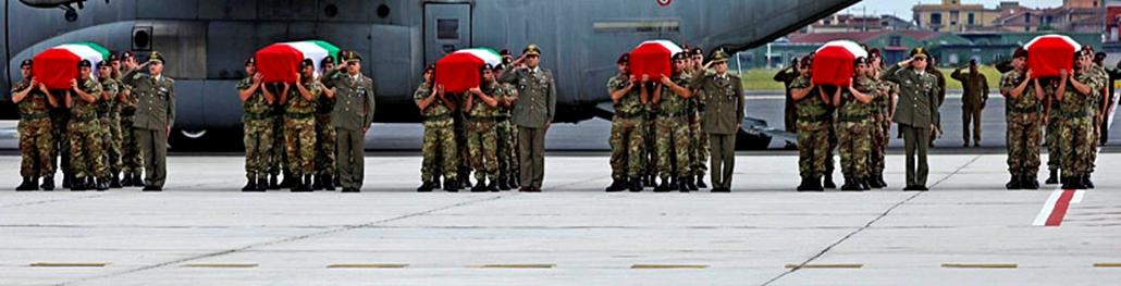 Katonai repülőgép előtt hat, nemzetiszínű lobogóval letakart koporsót tartanak vállukon az olasz haderő tagjai a Róma melletti Campino katonai repülőtéren, amikor a katonák földi maradványai érkeznek haza Afganisztánból. A deszantosok három nappal korábban egy konvoj elleni pokolgépes támadásban vesztették életüket Kabulban.