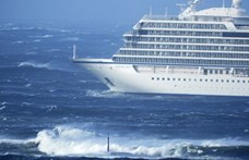 Helikopterrel, egyesével mentik ki a bajbajutott norvég luxushajó utasait a viharos tengerről