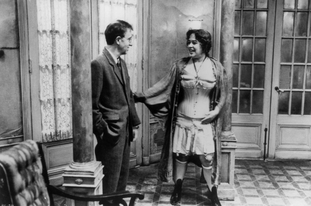 afp.1992. - Kathy Bates és Woody Allen az Árnyak és köd (1992) című film egyik jelenetében - nagyítás