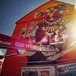 Zsivány chilei graffitis tette rá a kezét egy kölni ház oldalára (videó)
