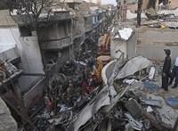 Látszik, ahogy a pakisztáni utasszállító a házakra zuhan