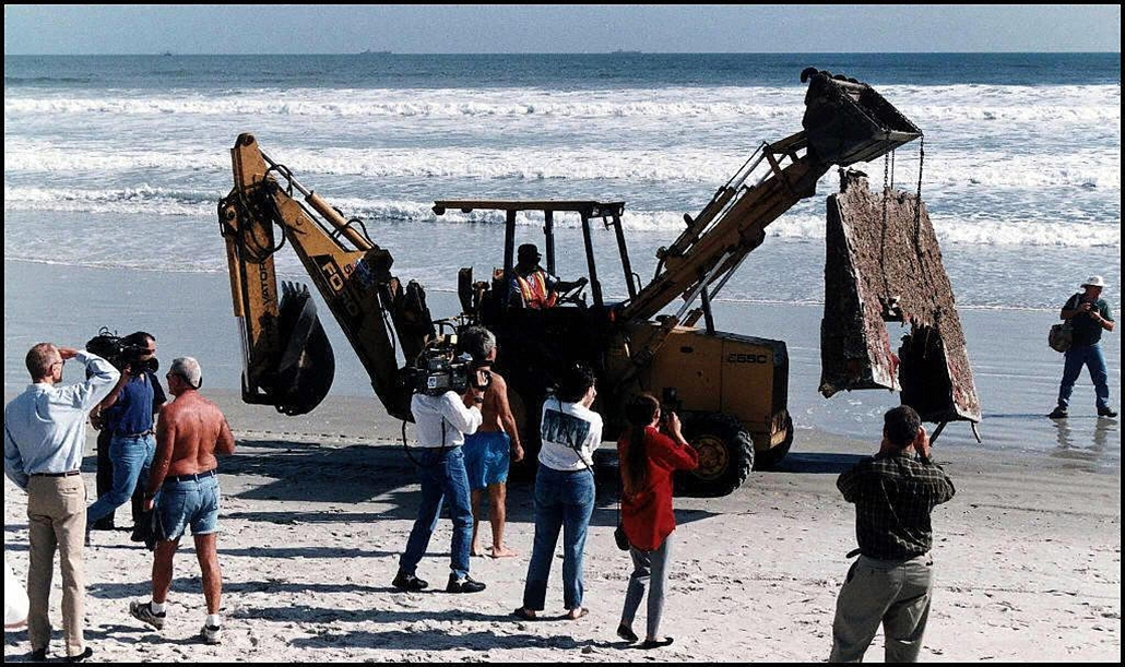 afp. Challenger-katasztrófa 1986.12. Cocoa Beach, Florida, Challenger egy darabját mosta partra a víz, One of the Space Shuttle Challenger's elevons is moved by tractor after being found washed ashore on Cocoa Beach, Florida as beachgoers and the media wa