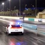 Csúcsverdákkal gyorsulási versenyeznek az unatkozó arab zsaruk – videó