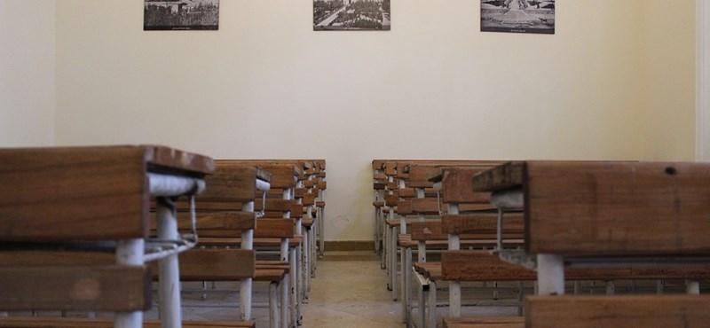 Bizarr iskolai eset: nyilvánosan kellett bocsánatot kérie a diákoknak egy osztályműsor miatt