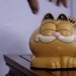 Megoldódott a rejtély, miért van tele Garfield-telefonnal egy francia tengerpart