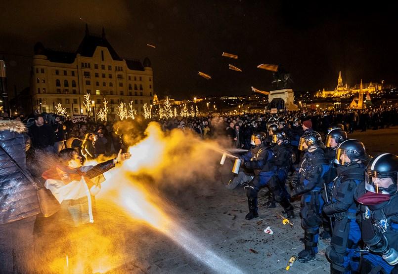 Könnygázzal oszlatott a rendőrség, gyújtogatással és üldözéssel ért véget a tüntetés
