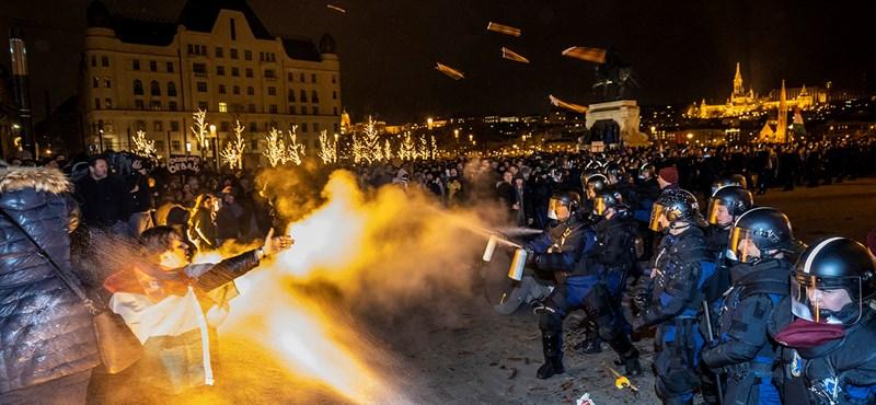 Emberi méltóságot sértettek a rendőrök, amikor felszólítás nélkül fújtak könnygázt tüntetőkre