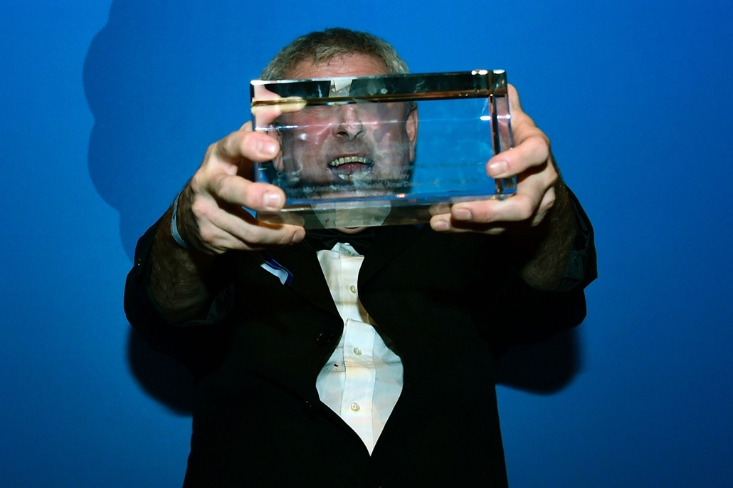 afp. 66. Berlini Nemzetközi Filmfesztiválon, Berlinale 2016 - British film maker Sean McAllister poses with his award at the Cinema for Peace at the Konzerthaus in Berlin on February 15, 2016, on the sidelines of the Berlinale Film Festival.