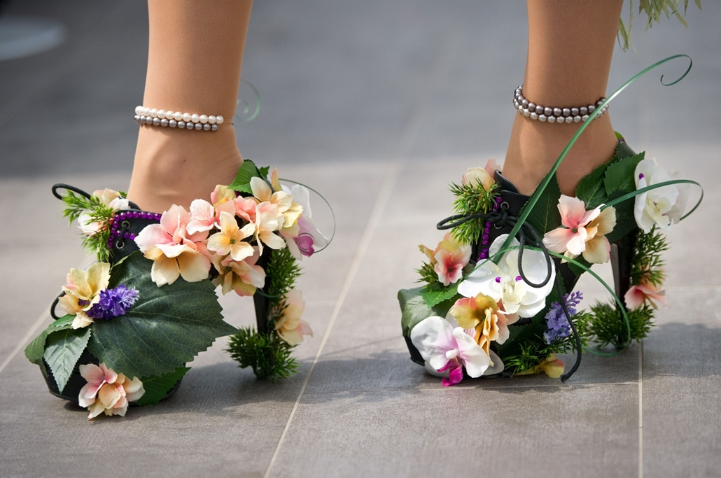 """afp. a hét képei 0616-0621 - Berlin, Németország 3014.06.21. A man walks with flower decorated High Heels in Berlin during the """"Drag Walk Casting"""" ahead of the Christopher Street Parade on June 18, 2014. The Christopher Street Day takes place on June 21,"""