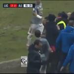 Videó: Lefejelte az ellenfél edzőjét a Lucca trénere