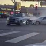 Teljesen megőrült egy autós egy Los Angeles-i kereszteződésben – videó