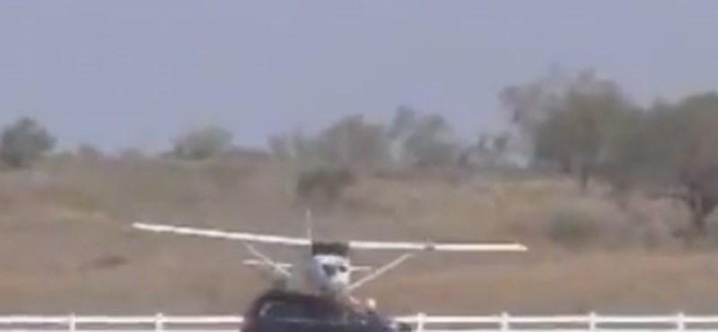 Leszálló kisrepülőgép trafált el egy Volvót - videó