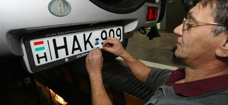 Újabb csapás az autósokra: lecseréltetné a rendszámokat a kormány