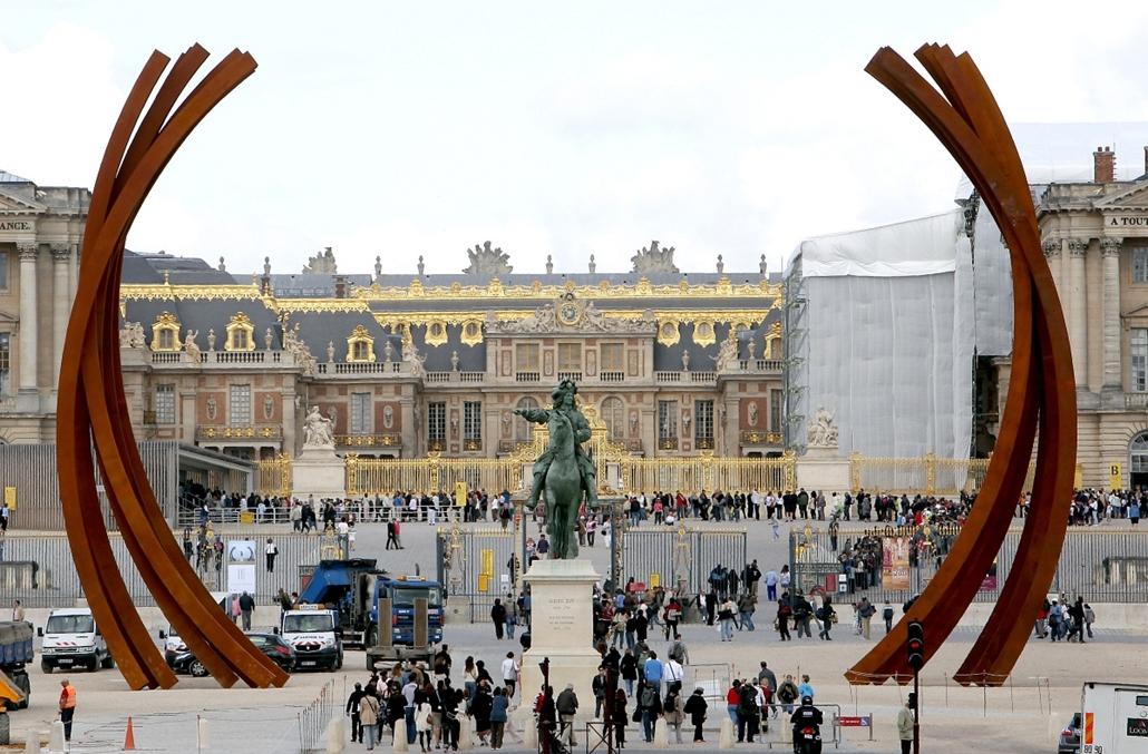 Bernar Venet szobra a Versailles-i Palota mellett Párizsban
