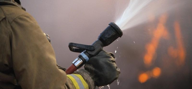 Lángol egy háztető Józsefvárosban