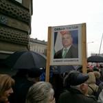 """""""Orbán a nemzet megmentője"""" – kitalálja melyik meneten van ez a poszter?"""