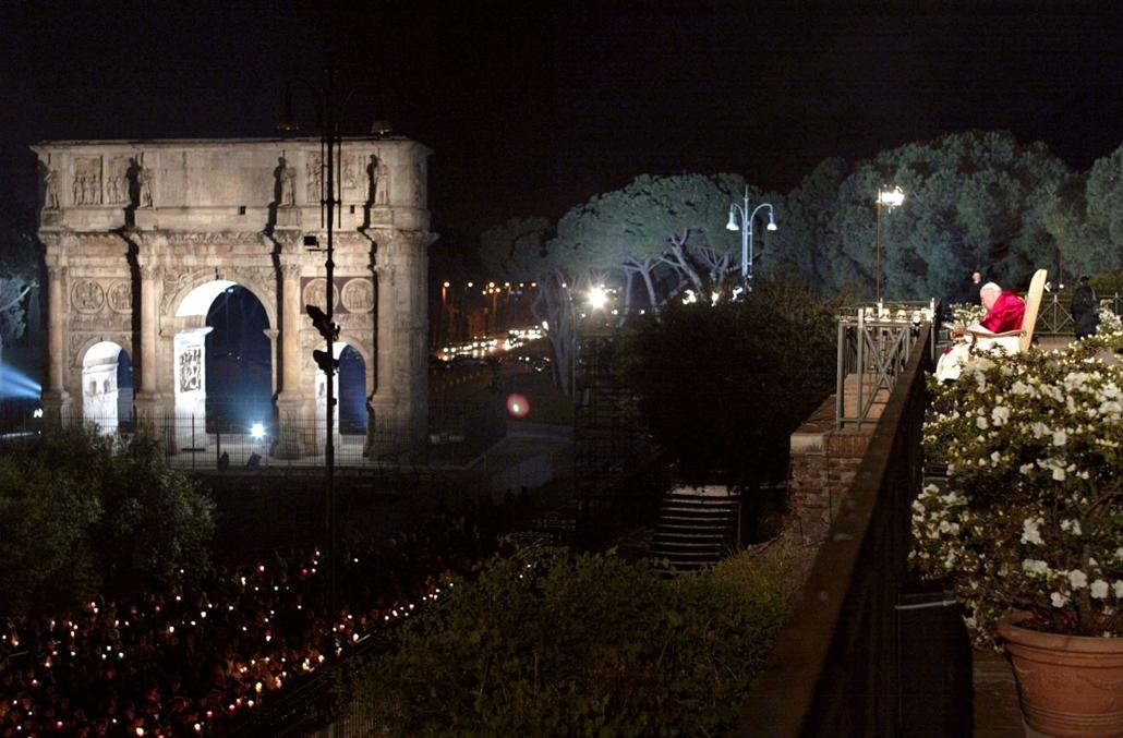 afp.02.03.30. - Róma, Olaszország: ima a kereszt útjának utolsó állomásán nagypénteken a római kolosszeumban - ,II. János Pál pápa