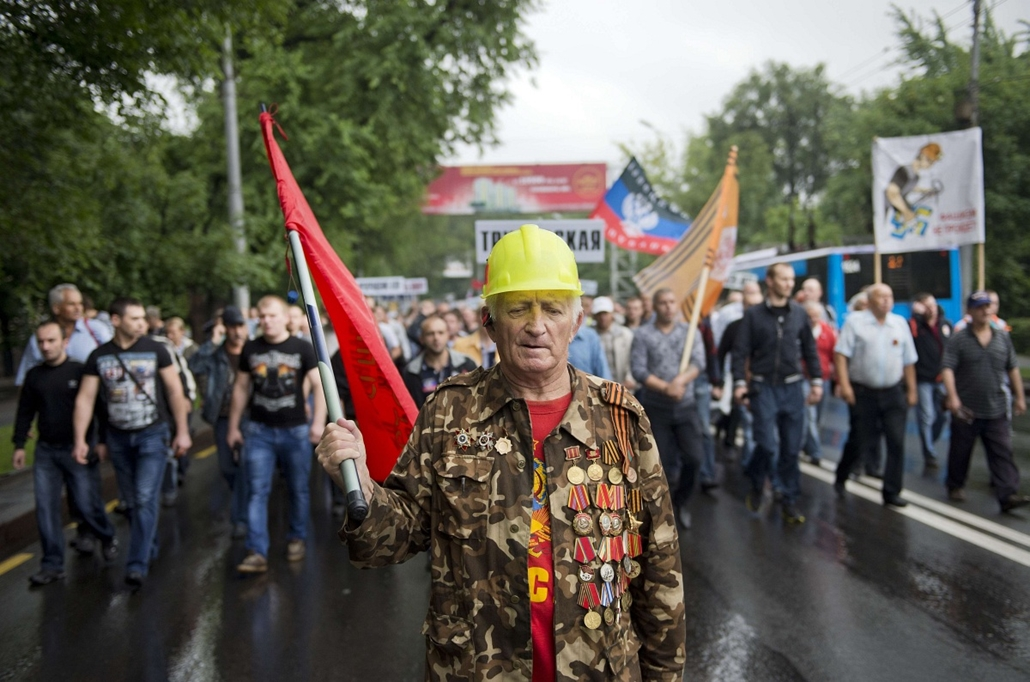 afp. a hét képei 0616-0621 - 2014.06.18. Ukrajna - A man wearing Soviet-era military medals marches during a rally in support of the self-proclaimed Donetsk People's Republic in Donetsk, eastern Ukraine, on June 18, 2014. Around 3,000 people, including mi