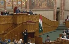 Folyamatos füttyögés és bekiabálás volt a parlamentben, az ellenzék kivonult - élő