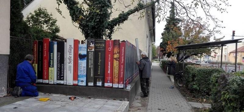 Zseniális kerítés áll az üllői könyvtárnál: ez a nap képe