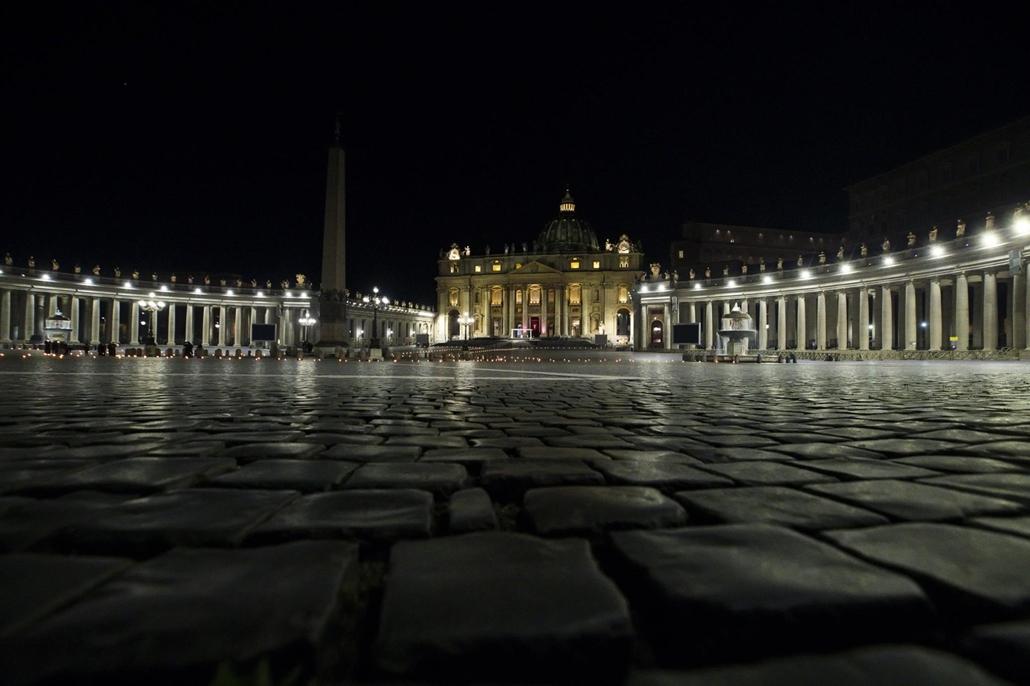 mti.21.04.03. Ferenc pápa a nagypénteki keresztúti szertartáson a koronavírus-járvány miatt szinte üres vatikánvárosi Szent Péter téren 2021. április 2-án este.