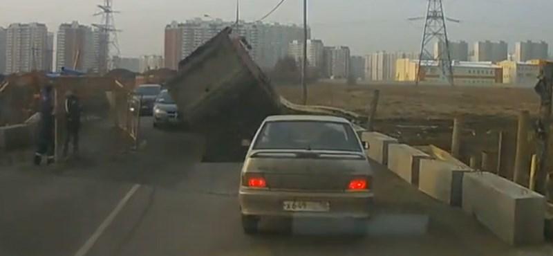 Ilyen, amikor beszakad az út egy teherautó alatt – videó