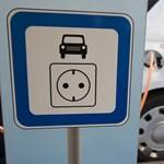 Kötelező lesz elektromos töltőállomást kiépíteni a nagyobb parkolóhelyekhez
