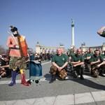 Homofób, szexista, röhejes - Budapesten forgat a diktátor