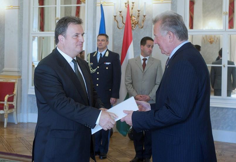 Politikusgyerektől a rendőrfőnökig: ők képviselik külföldön Magyarországot