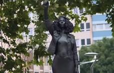 Fekete tüntető szobrát állították a talapzatra, amelyről egy rabszolgakereskedőét döntötték le