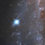 Videó: A Hubble megörökítette a Napnál 5 milliárdszor fényesebb, óriási szupernóva-robbanást