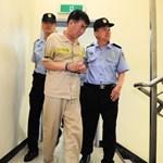 Fotók: Bűnbánó arccal megy a bíróságra a több száz diákkal elsüllyedt komp kapitánya